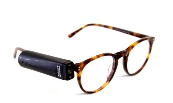 眼鏡のつる部分に取り付けて使用します。